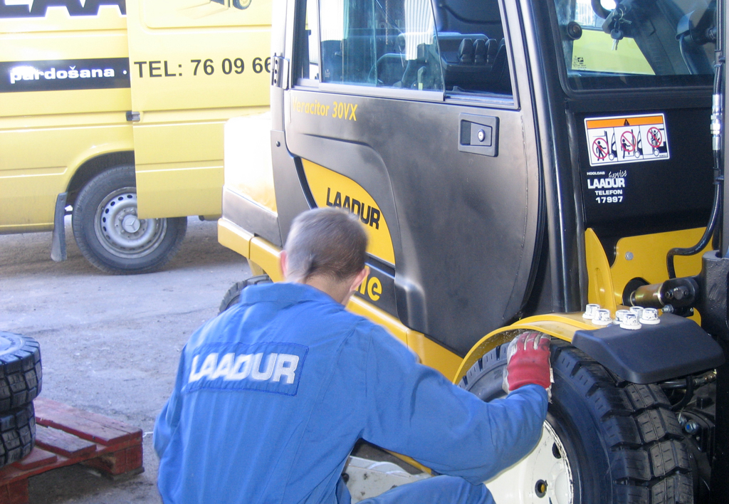 services.maintenance.tire-mount.gallery-(laadur, mount, service, tire)-01